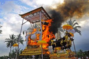 Gambar Pemandangan Budaya Ngaben Bali